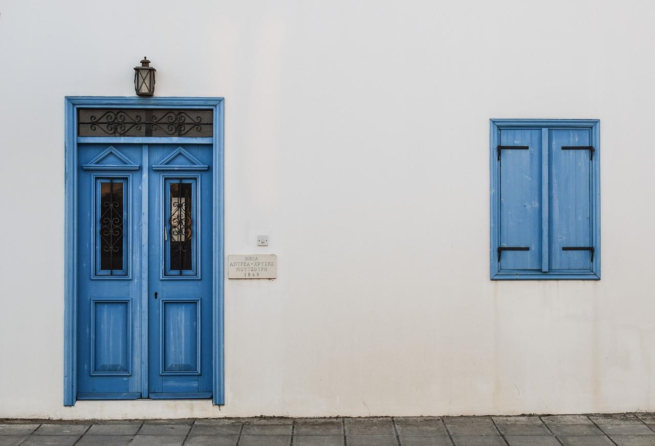 porte-et-fenetres-en-bois-bleu